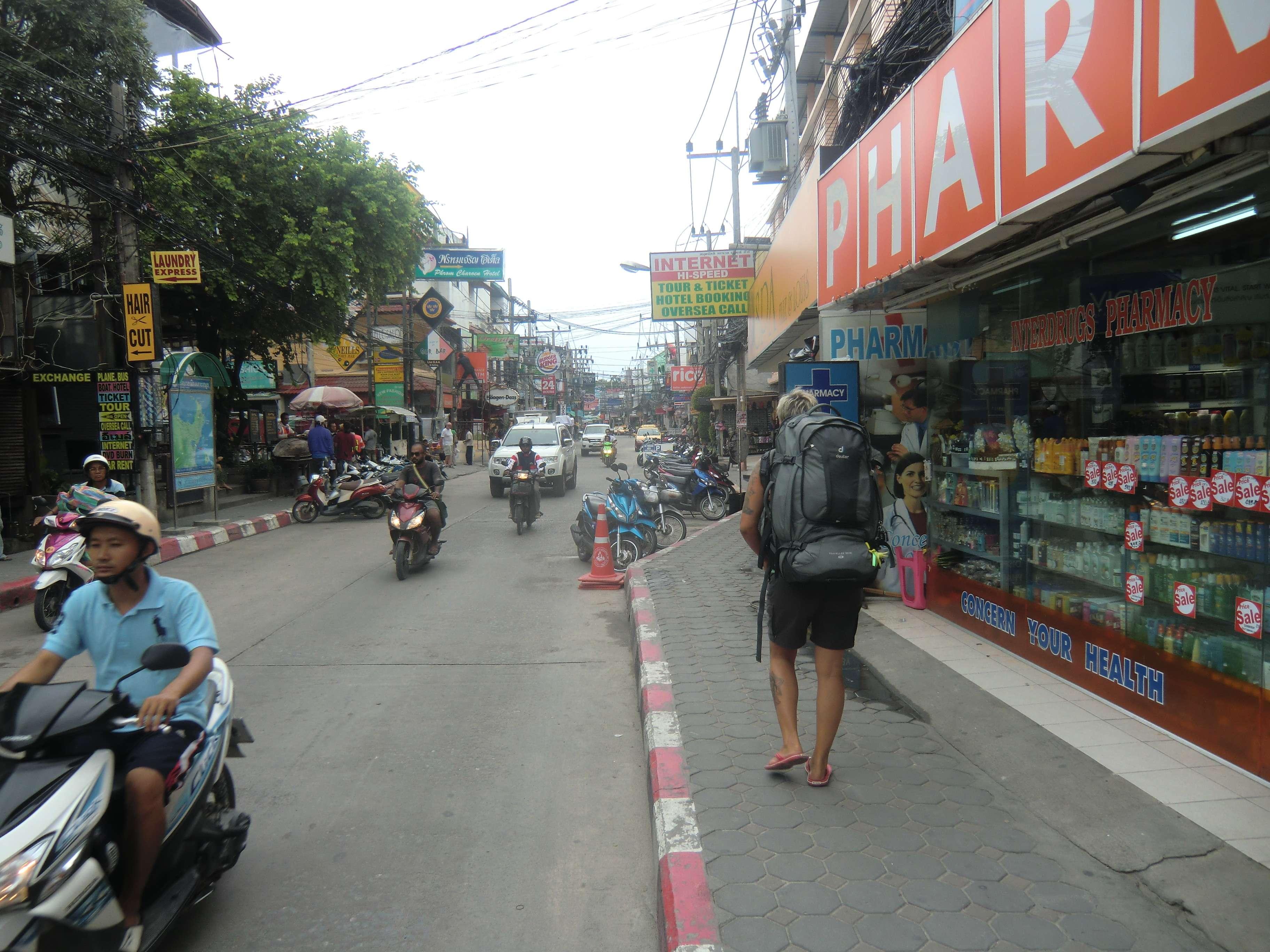 Fußmarsch mit Gepäck auf der Hauptstraße in Chaweng